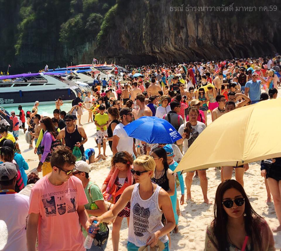 Maya Beach op Koh Phi Phi overvol