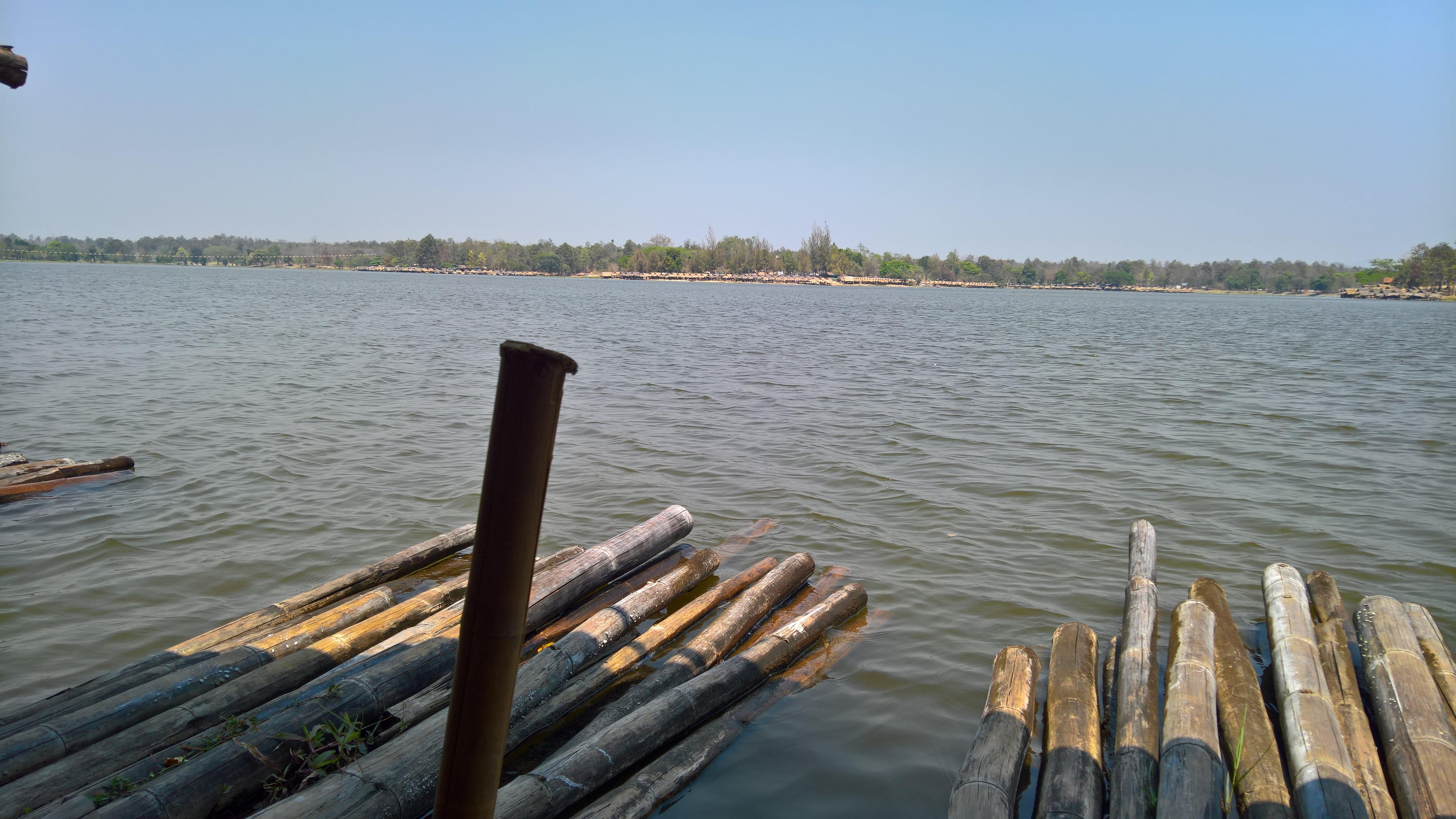 Relaxen op een vlot op Huay Teng Tao Lake